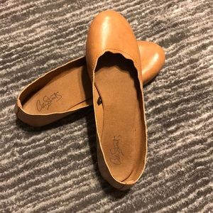 Camel colored flats- in great condition!